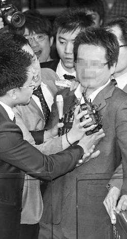 사회 지도층 인사에게 성 접대 등 불법 로비를 한 의혹을 받고 있는 건설업자 윤모씨가 9일 오후 경찰에 자진 출석했다. 윤씨가 이날 서울 서대문구 미근동 경찰청 로비에서 기자들의 질문에 답하고 있다. 연합뉴스