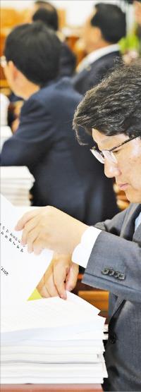 지난 4월30일 열린 국회 법사위 전체회의에서 권성동 새누리당 의원이 계류법안을 살펴보고 있다. 한경DB