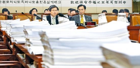 지난4월29일열린국회법제사법위원회전체회의모습.위원들책상위에계류법안들이쌓여있다./연합뉴스