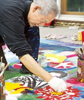 서울 사간동 갤러리 현대에서 12일부터 희수전을 여는 김종학 화백.