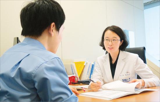 암 가족력이 있다면 유전자 검사를 해볼 필요가 있다. 최은경 서울대병원 강남센터 외과 교수가 암 유전자 검사에 대해 설명하고 있다. /서울대병원 강남센터 제공