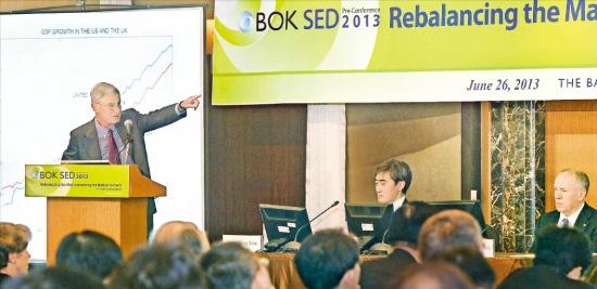 노벨 경제학상 수상자(1995년)인 로버트 루카스 미국 시카고대 교수가 26일 서울 소공동 롯데호텔에서 열린 'SED 학술대회 사전 콘퍼런스'에서 발표하고 있다. 강은구 기자 egkang@hankyung.com