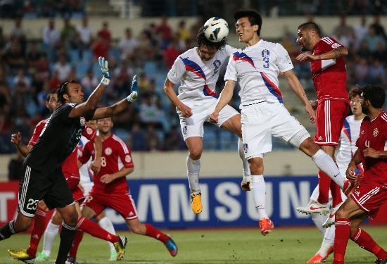 곽태휘(5), 김기희(3)가 5일(한국시간) 레바논 베이루트 카밀샤문 스포츠시티 스타디움에서 열린 2014브라질월드컵 최종예선 한국-레바논 경기에서 동시에 떠올라 골키퍼 압바스 하산을 제치고 헤딩슛하고 있다.