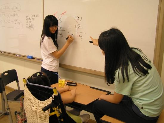 하나고 학생들의 교육 봉사활동 모습.