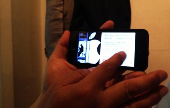 에릭 부사장이 23일 밤 10시 전세계 최초 공개된 플립보드 '웹 버전'의 시험 버전을 자신의 아이폰5에서 직접 시연하고 있다. 사진=김민성 기자