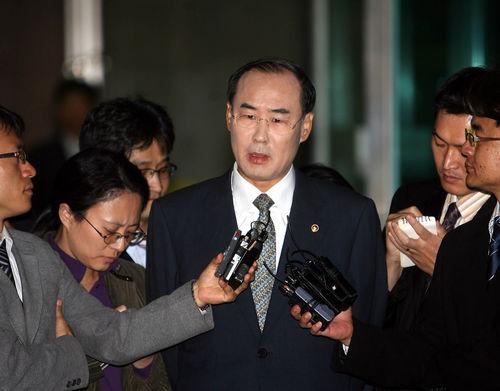 'CJ세무조사 로비 의혹' 전군표 전 국세청장, 내일 검찰 소환