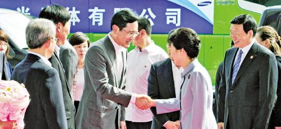 박근혜 대통령이 중국 방문 마지막 날인 6월 30일 시안 삼성전자 반도체 공장 건설 현장을 방문해 이재용 부회장과 악수하고 있다.  /청와대사진기자단
