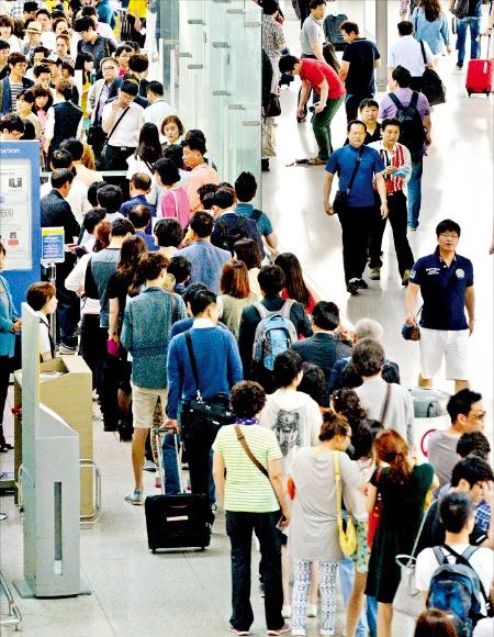 여름 휴가를 맞아 해외여행을 준비하는 여행객 수가 올해 사상 최대를 기록할 전망이다. 하지만 예방접종을 받지 않아 낭패를 보는 사례도 늘어나고 있다.  /한경DB