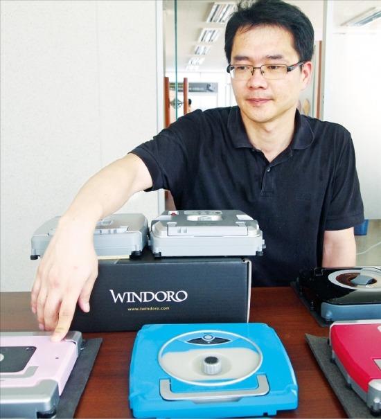 류만현 일심글로발 대표가 11일 경북 경산 공장에서 법정관리를 신청한 뒤 생산을 중단한 지능형 유리창 청소로봇 '윈도로'의 2차 버전을 설명하고 있다. / 대구=김덕용 기자 kimdy@hankyung.com