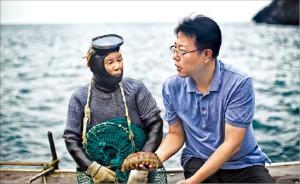 해녀 김추삼 씨(왼쪽)와 장금승 주방장.