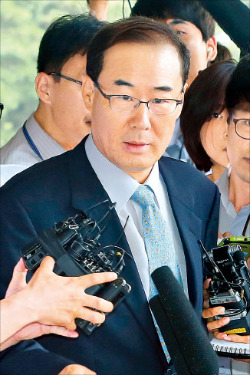 CJ그룹 세무조사 무마 대가로 금품을 수수한 의혹을 받고 있는 전군표 전 국세청장이 1일 서울중앙지방검찰청에 출석했다. 연합뉴스
