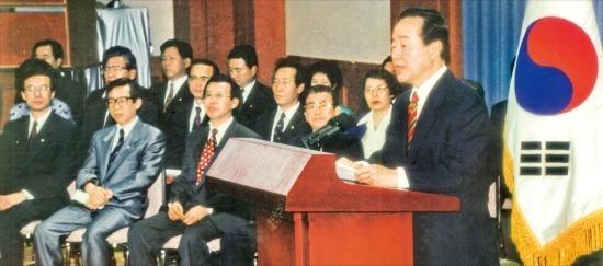 1993년8월12일청와대에서김영삼대통령이긴급재정경제명령권을발동,금융실명제를전격실시한다는내용의특별담화문을발표하고있다./한경DB