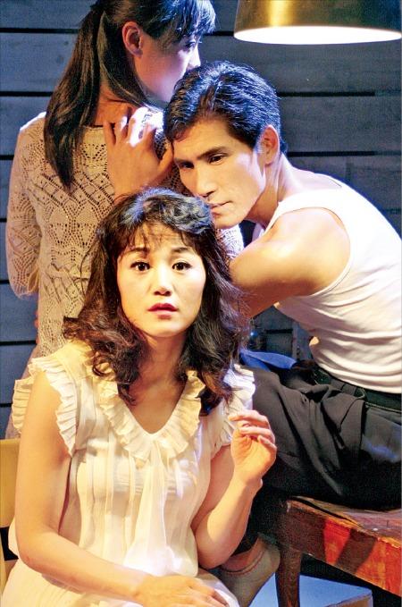 연희단거리패가 서울 명동예술극장에서 공연하고 있는 연극 '욕망이라는 이름의 전차'.