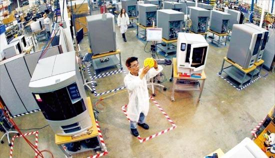 미국의 3D프린터 제조업체인 스트라타시스 직원이 3D프린터를 이용해 만들어진 제품을 살펴보고 있다. /스트라타시스 제공