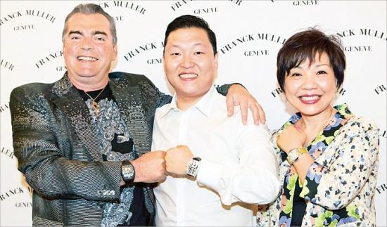 명품시계 브랜드 '프랭크뮬러' 창업자인 프랑크 뮐러 씨(왼쪽부터)와 가수 싸이, 폴리아나 추 프랭크뮬러 아시아지사장이 서울 강남에서 만난 뒤 기념촬영하고 있다. /프랭크뮬러  제공
