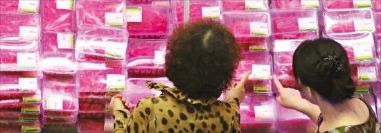 소고기 시장 개방에도 한우의 점유율은 여전히 높다. 지난 5일 열린 '대한민국 축산물 브랜드 페스티벌'에서 소비자들이 한우를 고르고 있다.  /연합뉴스