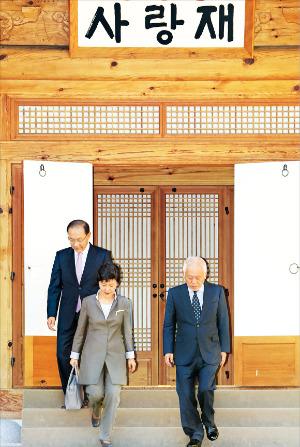 박근혜 대통령과 황우여 새누리당 대표(왼쪽), 김한길 민주당 대표가 16일 오후 3자 회담을 마친 뒤 국회 사랑재를 걸어 나오고 있다. 강은구 기자 egkang@hankyung.com