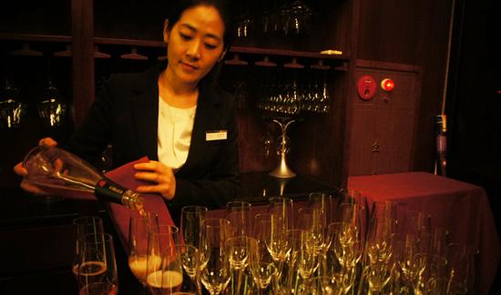 사진= 라그로타의 모든 와인을 책임지는 김희전 수석 소믈리에 겸 지배인. 사진=김민성 기자