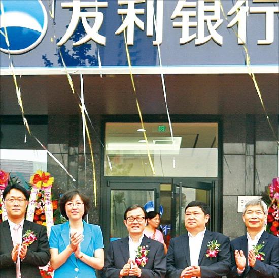 우리은행은 지난 7월 중국 내 16번째 점포인 웨이하이 지점을 열었다. 왼쪽 두번째부터 장후이 웨이하이 시장, 이순우 우리금융지주 회장 겸 우리은행장, 왕빙강 웨이하이 경제개발구 부주임. 우리은행 제공