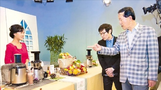 < 홈쇼핑 스튜디오 간 허창수 회장> 허창수 GS 회장(오른쪽)이 지난 11일 중국 베이징에 있는 GS홈쇼핑의 현지 합작회사 후이마이의 스튜디오를 방문해 관계자들과 대화하고 있다. GS 제공