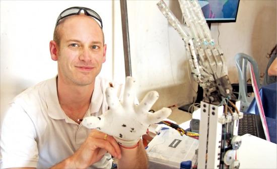 이스라엘 아리엘 공과대학에서 메커트로닉스(기계전자공학)를 전공한 대학생 오퍼 바쉬는 '동작인식 로봇'이라는 아이템으로 창업을 준비하고 있다. 그가 학교 연구실에서 직접 개발한 로봇 팔을 움직여보고 있다. 임원기 기자