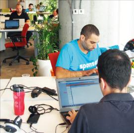 구글이스라엘의 '런치패드' 프로그램에 참여한 벤처기업인들이 텔아비브의 구글캠퍼스 26층에서 개발 테스트를 하고 있다.