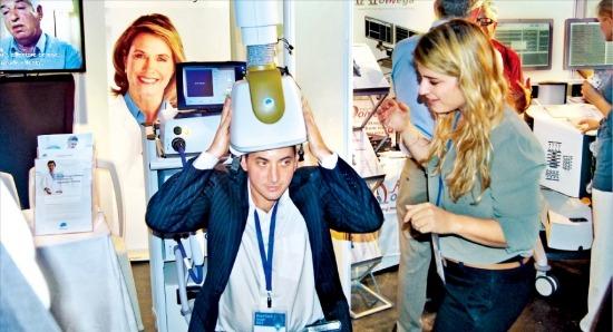 < 뇌파 측정 이렇게 > 텔아비브에서 지난 15일 열린 '브레인테크 이스라엘 2013'에 참가한 기술기업 브레인스웨이가 뇌파를 측정해 신체를 치료하는 기술을 선보이고 있다. 임원기 기자