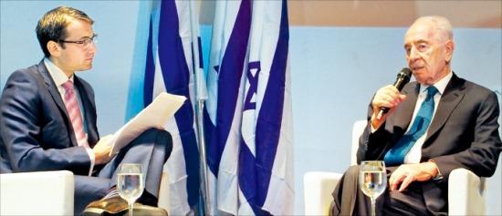 시몬 페레스 이스라엘 대통령(오른쪽)이 지난 15일 텔아비브에서 열린 '대통령과의 간담회'에서 답변하고 있다.