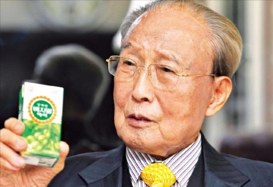 정재원 정식품 명예회장이 베지밀을 들고 건강과 기업경영에 대해 역설하고 있다.  정동헌 기자 chchung@hankyung.com