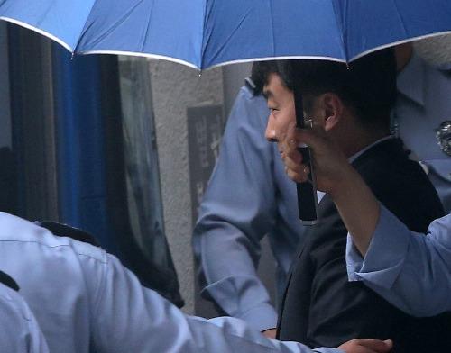 14일 오후 내란음모 등 혐의로 구속기소된 이석기 의원이 첫 공판준비기일에 출석한 후 수원지법을 나서고 있다. 연합뉴스