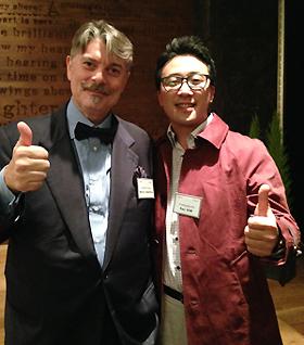 사진= 한국을 방문한 '감베로 로쏘' 마르코 편집장(왼쪽)과 함께 기념 사진을 찍은 기자. 사진=김민성 기자