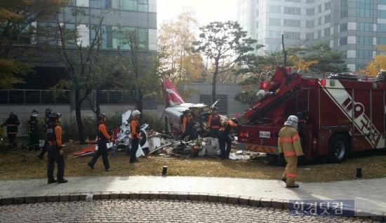 사진= 16일 오전 서울 삼성동 아이파크 아파트와 충돌한 뒤 추락한 LG전자 소속 헬기 사고 현장 모습.