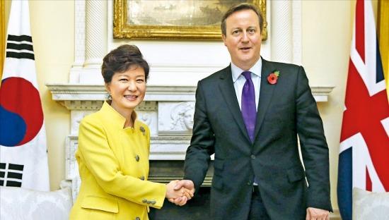 < 손잡은 韓·英 정상 >박근혜 대통령이 6일(현지시간) 영국 런던 다우닝가 10번지 총리관저에서 데이비드 캐머런 총리(오른쪽)와 정상회담에 앞서 악수하고 있다. 런던=강은구 기자 egkang@hankyung.com