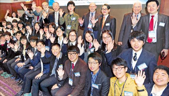< 내년에 만나요 > '글로벌 인재포럼 2013'이 7일 사흘간의 일정을 마치고 폐막했다. 이갈 에를리히 이스라엘 요즈마그룹 회장(맨 뒷줄 오른쪽 두 번째) 등 '차세대 영재 기업인과 세계적 리더의 만남' 참가자들이 기념촬영하고 있다. 허문찬 기자 sweat@hankyung.com