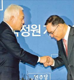 정홍원 국무총리(오른쪽)가 15일 국회에서 김한길 민주당 대표와 인사하고 있다. 신경훈 기자 nicerpeter@hankyung.com