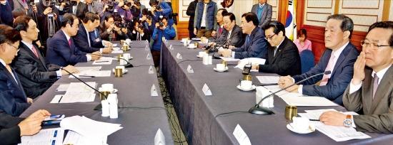 최경환 새누리당 원내대표(오른쪽 네 번째)가 15일 국회에서 열린 여야 원내대표-경제5단체장 간담회에서 모두발언을 하고 있다. 신경훈 기자 nicerpeter@hankyung.com