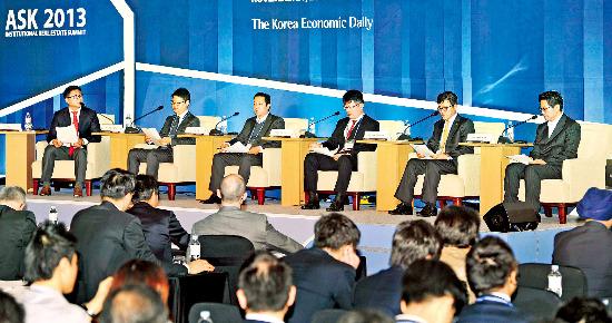 21일 한국경제신문 주최로 서울 여의도 콘래드호텔에서 열린 'ASK 2013-부동산투자 서밋'에 참석한 국내 주요 보험사의 투자 담당자들이 향후 국내외 부동산 투자 전략에 대해 토론하고 있다. 정동헌 기자 dhchung@hankyung.com