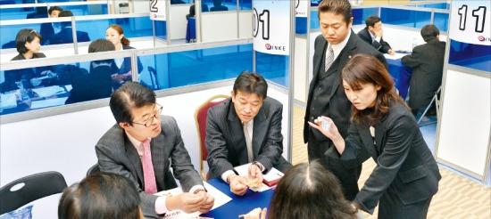 작년 11월 서울 코엑스에서 열린 'INKE 총회' 행사로 진행된 비즈니스 상담회. INKE 지부 회원들이 국내 벤처·중소기업인들과 해외 수출에 대해 상담하고 있다. 한경 DB