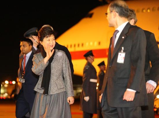 박근혜 대통령이 2박3일간의 프랑스 방문을 마치고 4일 저녁(현지시간) 영국 히드로 국제공항에 도착, 환영인사들에게 손을 들어 인사하고 있다. 연합뉴스