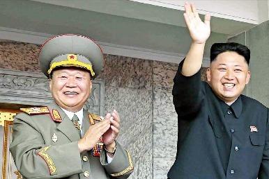 실각된 것으로 알려진 장성택 북한 국방위원회 부위원장(왼쪽)이 지난 9월 김일성 광장에서 김정은 국방위 제1위원장(오른쪽), 최용해 인민군 총정치국장과 정권수립 65주년 행사를 지켜보는 모습. 연합뉴스