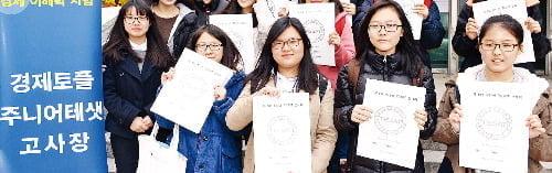 서울 역삼동 진선여중에서 최근 치러진 제8회 주니어TESAT(경제이해력시험)에 응시한 서울 창문여중 학생들.  /강은구기자 egkang@hankyung.com