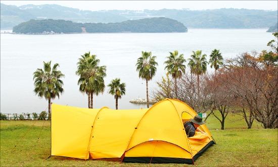 나가사키 오사키캠핑장은작은 에코돔텐트를 펴도 즐거운 캠핑이 가능하다.