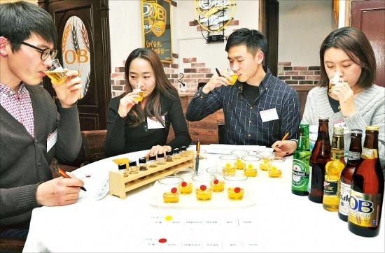 지난 12일 서울 동숭동 오비맥주 맥주문화체험관에서 소비자들이 맥주 맛을 평가하기 위해 블라인드 테스트를 하고 있다. 실제 블라인드 테스트는 상표가 붙어 있는 맥주병을 모두 치우고 진행됐다. 최만수 기자