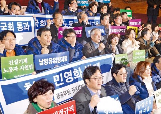 민주당 의원들이 29일 국회 본청 계단에서 민 생입법 촉구를 위한 구호를 외치고 있다. 연합뉴스