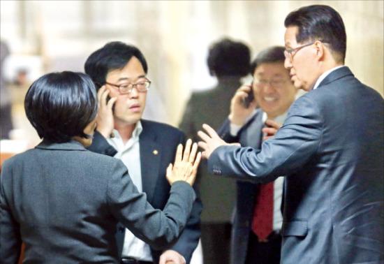 < 심각한 민주 > 박영선 국회 법제사법위원장(왼쪽)이 31일 밤 국회에서 열린 민주당 의원총회에서 김기식(가운데), 박지원 의원과 대화하고 있다. 연합뉴스