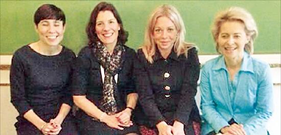 쇠르에이데 노르웨이 장관(왼쪽부터), 엔스트룀 스웨덴 장관, 헤니스플라샤르트 네덜란드 장관, 폰데어라이엔 독일 장관이 기념 촬영하고 있다. 트위터 캡처