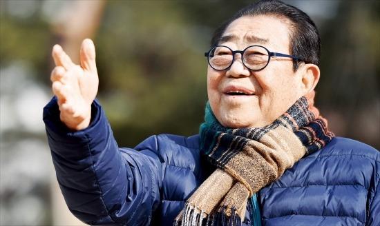 """송해 선생은 """"몸을 자주 움직이는 게 최고의 운동""""이라며 """"지하철을 타고 계단을 오르내리는 것으로 건강을 관리한다""""고 말했다. 정동헌 기자 dhchung@hankyung.com"""