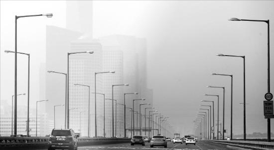 서울 시내 대기 중 초미세먼지(PM-2.5) 농도가 24일 오후 3시 기준으로 ㎥당 146㎍(100만분의 1g)을 기록했다. 서울 마포대교에서 여의도 LG트윈타워가 희미하게 보인다. 연합뉴스