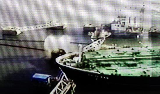 < 충돌사고로 분출하는 원유>  3일 오전 여수해경이 여수 기름유출 사고 중간 수사결과를 발표하며 유조선 충돌로 송유관에서 원유가 분출하는 사고 당시의 CCTV화면을 공개했다. 사진은 이날 해경이 공개한 CCTV화면을 캡쳐한 모습. 여수해경