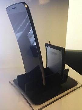 사진= LG전자가 출시한 커브드폰 'G플렉스'와 LG화학이 세계 최초 개발한 커브드 배터리(오른쪽). 사진=김민성 기자
